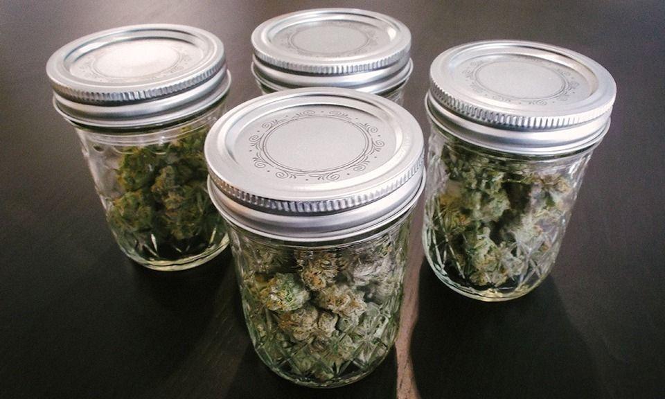 Cannabis opslaan in glazen potten